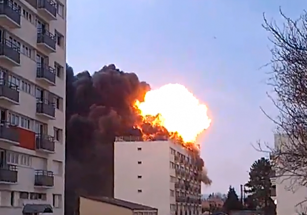 Bombonas de gas explotando sobre un edificio en Francia