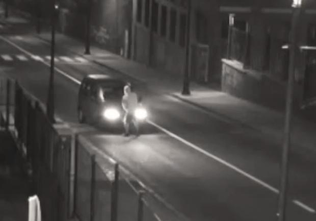 Se hace pasar por un borracho para robar un coche