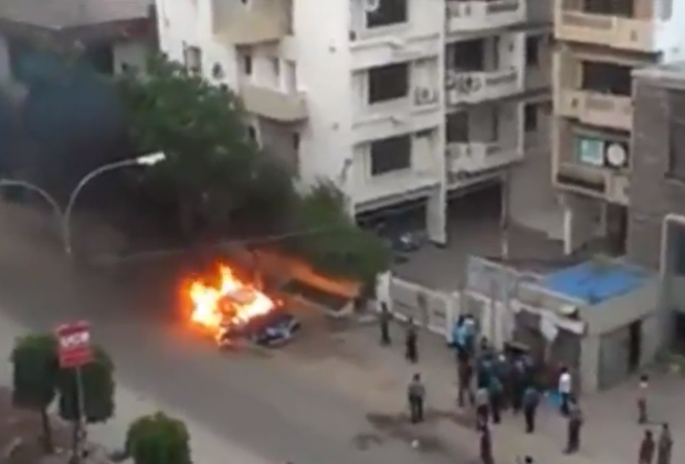 Un coche explota mientras que decenas de curiosos estaban viendo como ardía