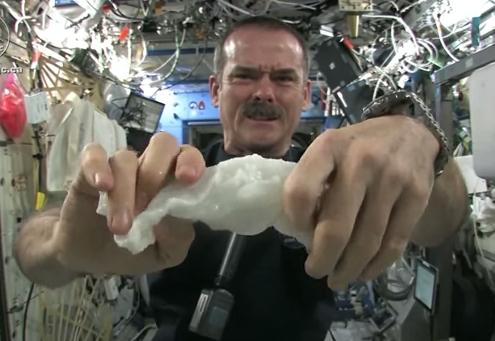 Esto es lo que ocurre cuando escurres un paño empapado en agua en el espacio