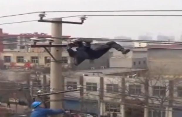 Un hombre borracho se cuelga de unos cables de alta tensión y acaba cayendo