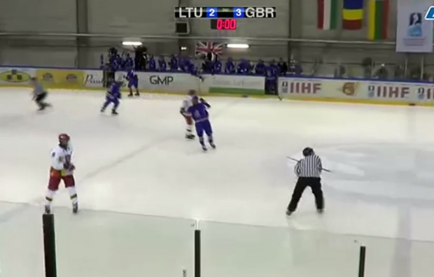 Un jugador de hockey sobre hielo lanza el stick al árbitro