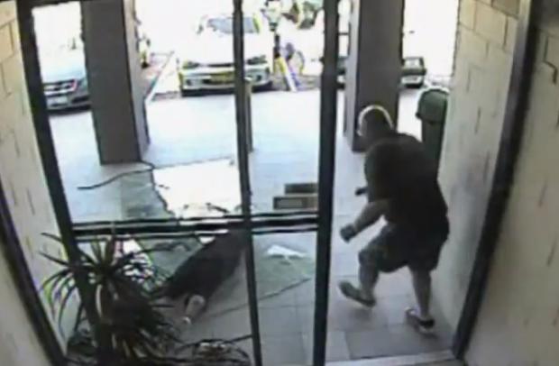Un ladrón choca contra una puerta de cristal cuando escapaba después de robar un bolso
