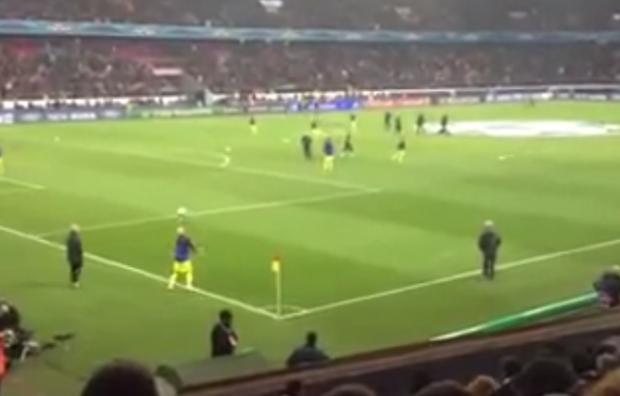 Messi y Dani Alves tocando el balón antes del partido