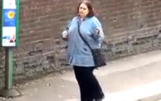 Dancing Queen: El baile de la mujer de la parada de autobús