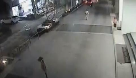 Una mujer cae con su coche desde la cuarta planta de un aparcamiento