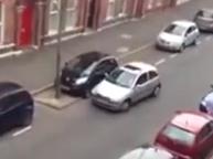 Mujer con serios problemas para aparcar