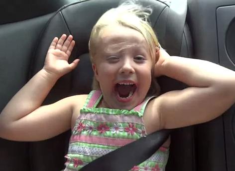 Una niña alucina en el Nissan GT-R de su padre