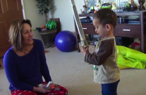 No le regales una espada a tu hijo pequeño porque te puede cortar la cabeza