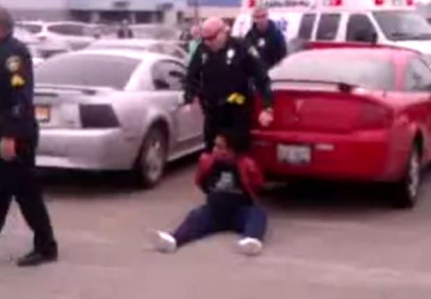 Un policía utiliza una pistola eléctrica contra una mujer embarazada