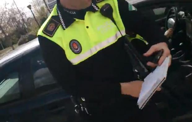 Un ciudadano graba a un radar de la policía local de Granada mal estacionado