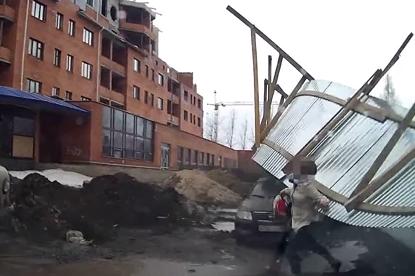 Una valla metálica vuela hiriendo a dos personas en Rusia