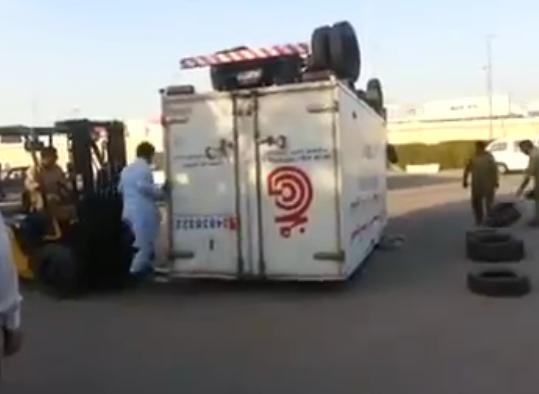 Así le dan la vuelta a los camiones en Pakistán
