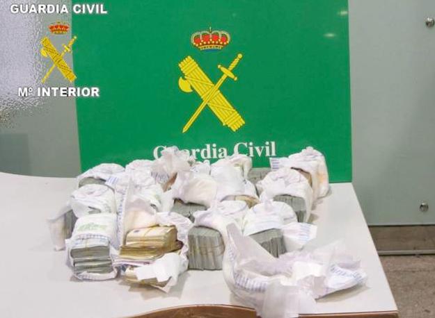 La Guardia Civil interviene en El Prat más de 200.000 euros ocultos en pañales de bebé