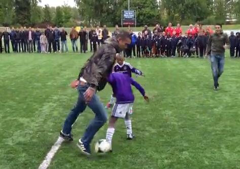Robin van Persie demostrando su habilidad con el balón frente a un grupo de niños