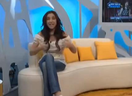 La presentadora Sandra Corcuera enseña los pechos en directo