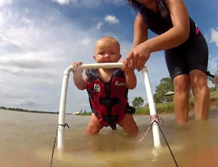Un bebé de 7 meses y medio haciendo esquí acuático