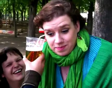 Una chica nos hace creer que puede beber cerveza por la oreja