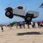 Impresionante salto de una camioneta en las dunas de Silver Lake