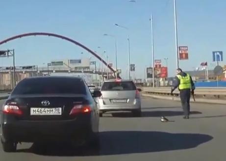 Casi a tropella a un policía con el coche
