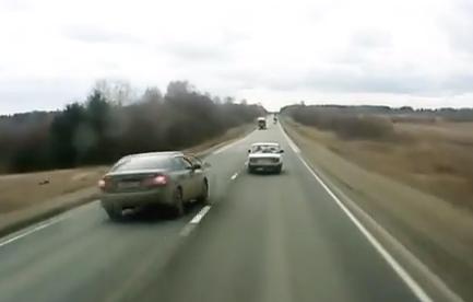 Un coche choca contra un camión y el conductor sale despedido del vehículo
