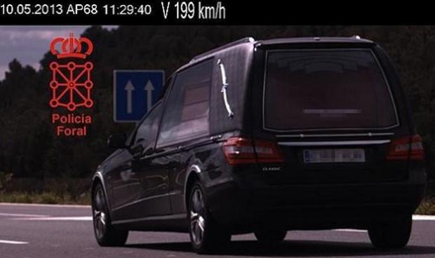 Un coche fúnebre 'cazado' a 199 km/h