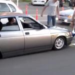 Mira que práctico es ir con el coche así...