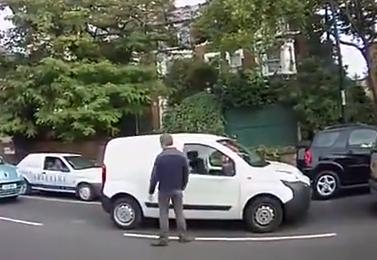 Sale del coche para recriminarle algo al conductor de delante y cuando vuelve tiene las puertas cerradas