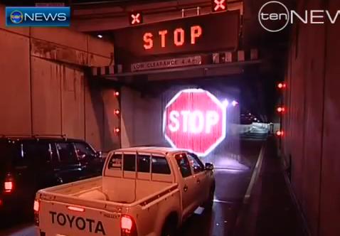 Señal de STOP en cortina de agua para impedir la entrada de camiones en túneles