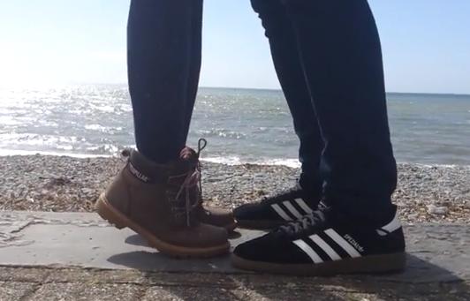 ¿Una pareja besándose en la playa?