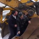Utilizan dos excavadoras para pasar gente de una orilla a otra en un río de Siberia