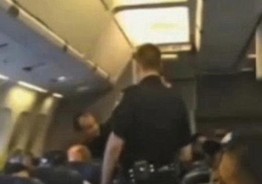 Una mujer fue expulsada del avión en el que viajaba porque no paraba de cantar una canción de Whitney Houston
