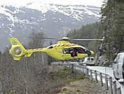 El piloto de un helicóptero ambulancia 'aterriza' sobre un guardarrail