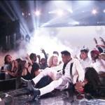 El cantante Miguel cayó sobre la cabeza de una chica en los Billboard Music Awards 2013