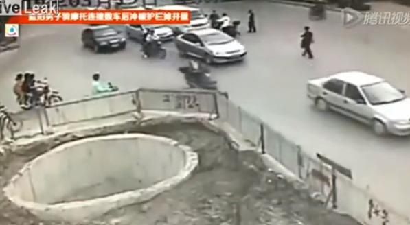 Un motorista termina en un gran agujero después de golpear a varios vehículos