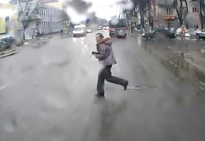Mucho cuidado cuando cruces la calle con el suelo mojado