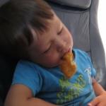 Un niño se queda dormido mientras que comía nuggets