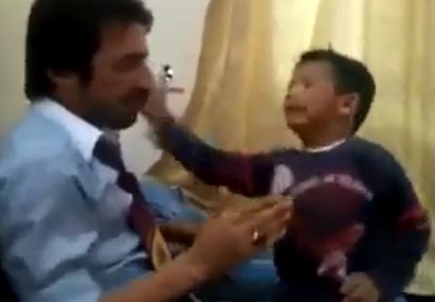 El típico juego que todo niño hace con su padre...