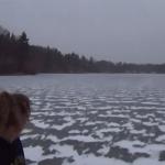 Así es como suena cuando tiras una pelota de golf a un lago congelado