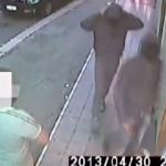 A unos ladrones se les trunca el robo al encontrarse con un cliente sorpresa en la farmacia