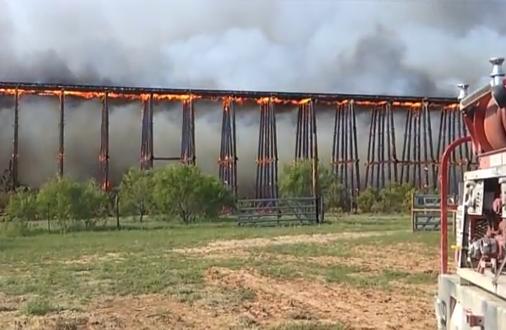 Un puente ferroviario en llamas se derrumba como un dominó en Texas