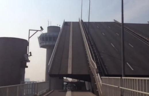 Olvidó su quad en el medio de un puente levadizo de Rotterdam