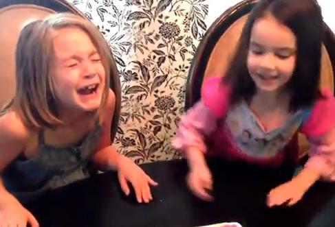 Reacción de dos hermanas al enterarse de que sus padres van a tener gemelos