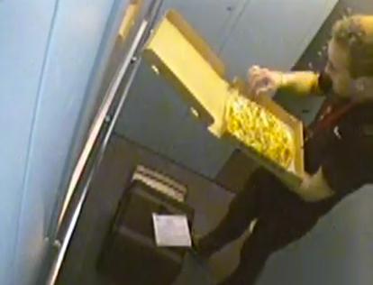Un repartidor come las aceitunas de la pizza de un cliente antes de entregarla
