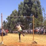 Final reñida en un concurso de salto de altura en Kenia