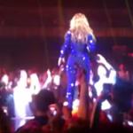 Un hombre le da un cachete en el culo a Beyoncé durante un concierto