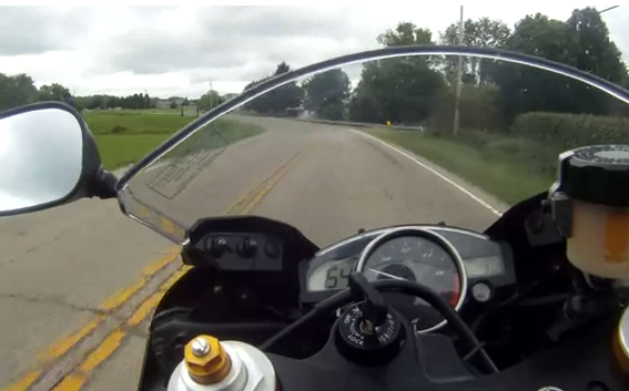 Un Yamaha R6 alcanza los 233 km/h y luego se tambalea violentamente