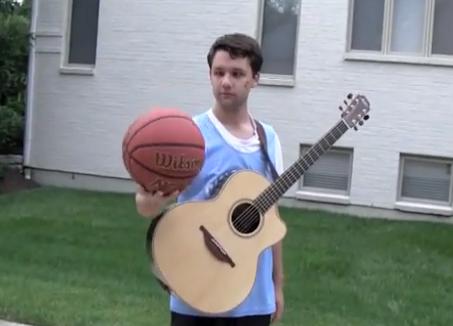 Ben Lapps juega al baloncesto con su guitarra