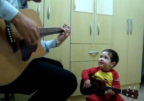 Un niño de dos años cantando el tema ''Don't let me down'' de The Beatles con su padre