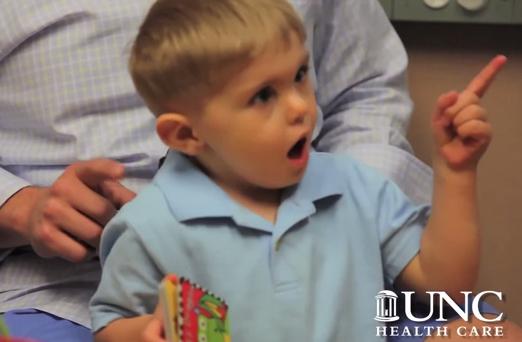 Así reacciona este niño al escuchar la voz de su padre por primera vez